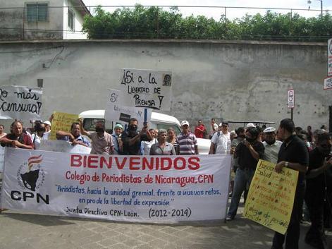 PERIODISTAS DE LEON PROTESTAN FRENTE AL HEODRA
